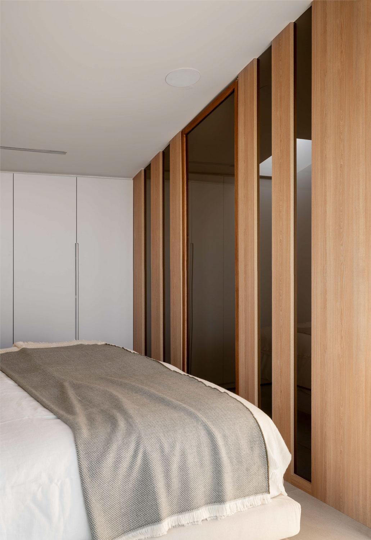 Imagen de la entrada la baño del dormitorio - Fotografía de arquitectura e interiores por Biderbost Photo