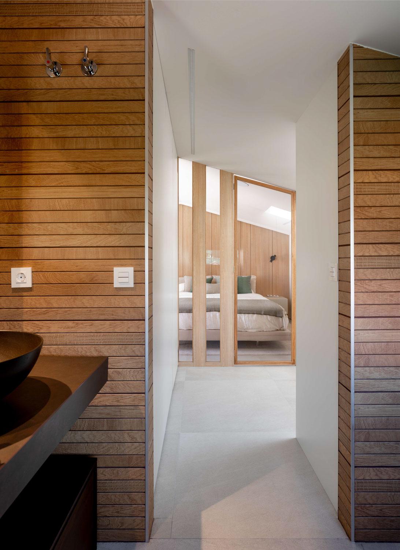Imagen del dormitorio desde el baño - Fotografía de arquitectura e interiores por Biderbost Photo