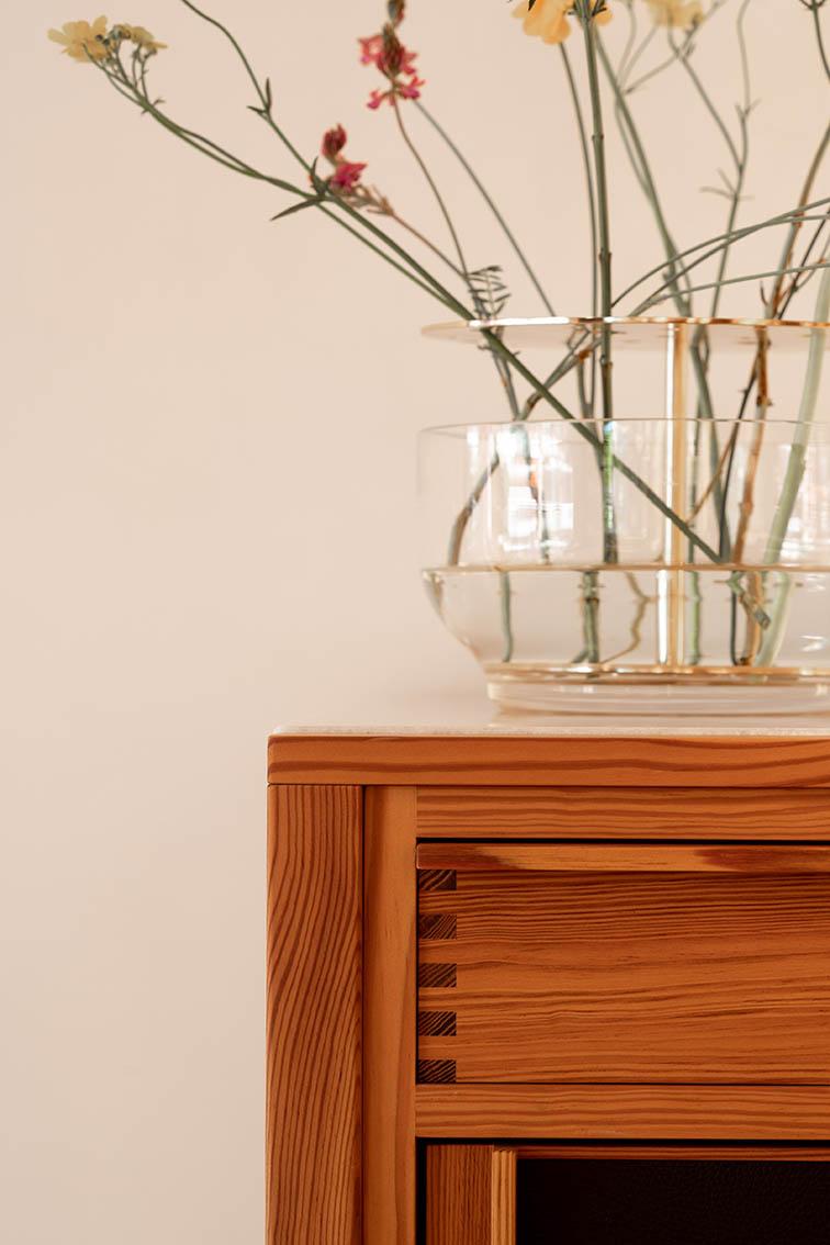 Imagen de mueble y florero